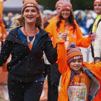 Moeder en zoon rennen voor kinderen met kanker en passeren blij de finish van de Run for KiKa Winterrun in Utrecht
