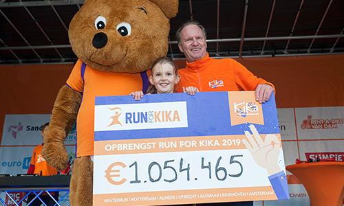 Kanjer Janiek overhandigt de cheque maar daarop de opbrengst van Run for KiKa aan de directeur van KiKa