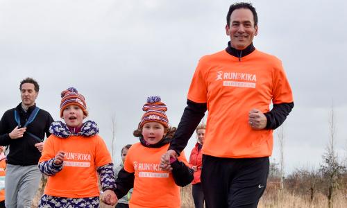 Vader rent met twee dochters voor KiKa tijdens de Run for KiKa Winterrun