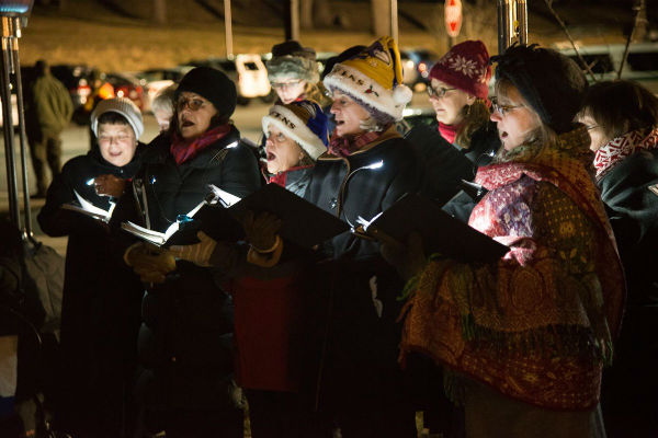 Afbeelding van een groep enthousiaste deelnemers die langs de deuren gaan om te zingen voor KiKa