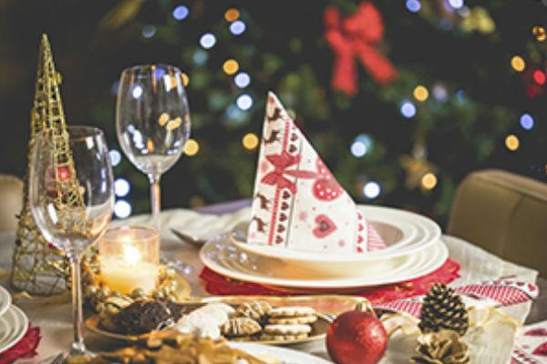afbeelding van een prachtig gedekte tafel voor een kerstdiner waarmee geld opgehaald wordt voor Stichting Kinderen Kankervrij