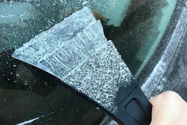 Afbeelding van een bevroren ruit. In de winter altijd vervelend, maar een mooie kans voor jou om geld op te halen voor het goede doel.