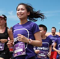 Runner van bedrijventeam Bartosz ICT tijdens Run for KiKa. Ze vertelt hoe het is om als bedrijf mee te doen aan dit sportevenement voor het goede doel.