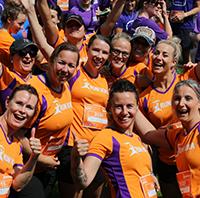 Runners van bedrijventeam BSP Keet & Koters staan bij de start van Run for KiKa. Ze vertellen hoe het is om als BSO mee te doen aan dit hardloopevenement voor Stichting Kinderen Kankervij.