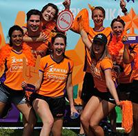 Groepsfoto van bedrijventeam SQPeople tijdens Run for KiKa. Ze vertellen hoe het is om als bedrijf mee te doen aan dit sportevenement voor het goede doel.