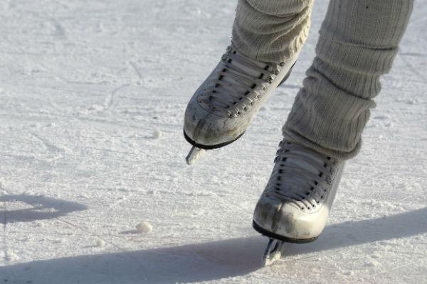 Afbeelding van twee schaatsers tijdens een winterse schaatsmarathon voor KiKa.