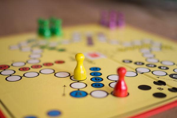 Foto van gezellig bordspel wat de hele avond gespeeld wordt voor KiKa