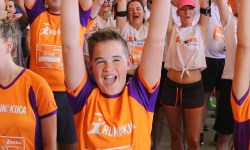Hardlopers van alle leeftijden rennen 10 kilometer, 5 kilometer of de KidsRun voor het goede doel tijdens Run for KiKa.