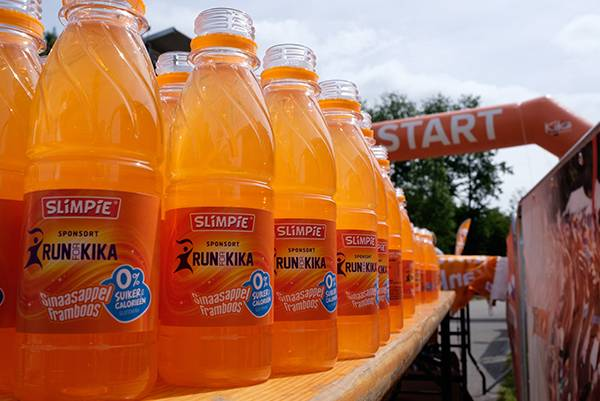 Foto van flesjes drinken met bedrijfslogo staan klaar voor alle deelnemers van de KiKathlon. Een prachtige exposure en reclame voor het bedrijf