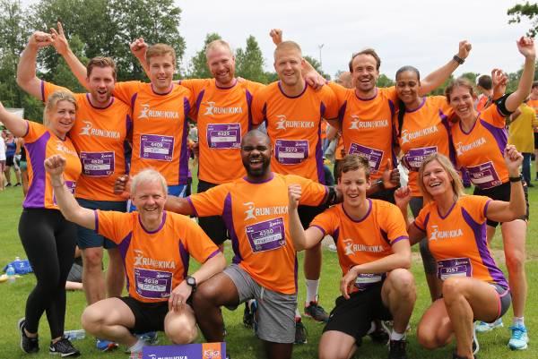 Groepsfoto van bedrijf dat met enthousiaste collega's meedoet aan de KiKathlon.