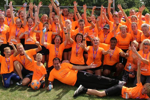 Een team Run for KiKa runners steken de duim omhoog en zijn allemaal klaar om te rennen voor het goede doel.