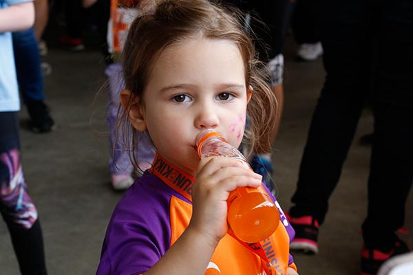 Een KidsRunner drinkt alvast een flesje drinken. Goede voeding is belangrijk bij het hardlopen. Tijdens het rennen, maar ook zeker in de voorbereiding.