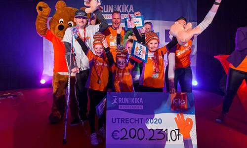 Kanjers onthullen de cheque met het opgehaalde bedrag tijdens de Run for KiKa Winterrun