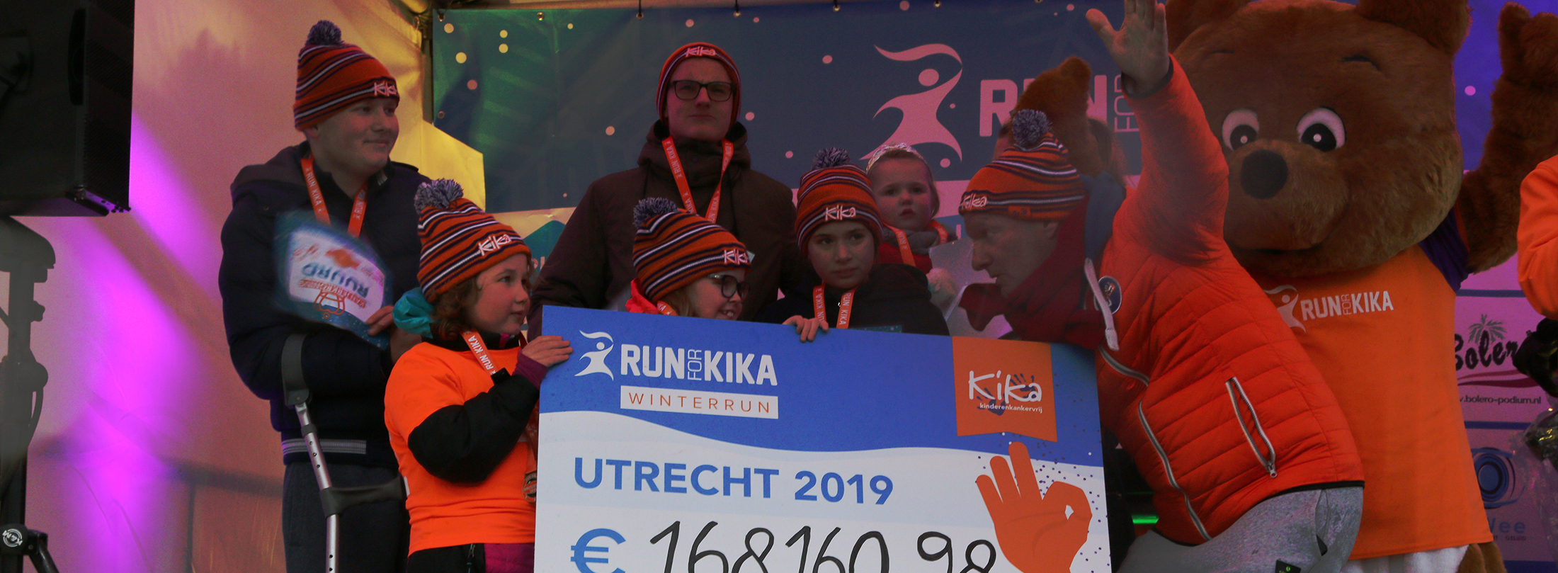 De kanjers onthullen het bedrag dat is opgehaald bij de Run for KiKa Winterrun in Utrecht