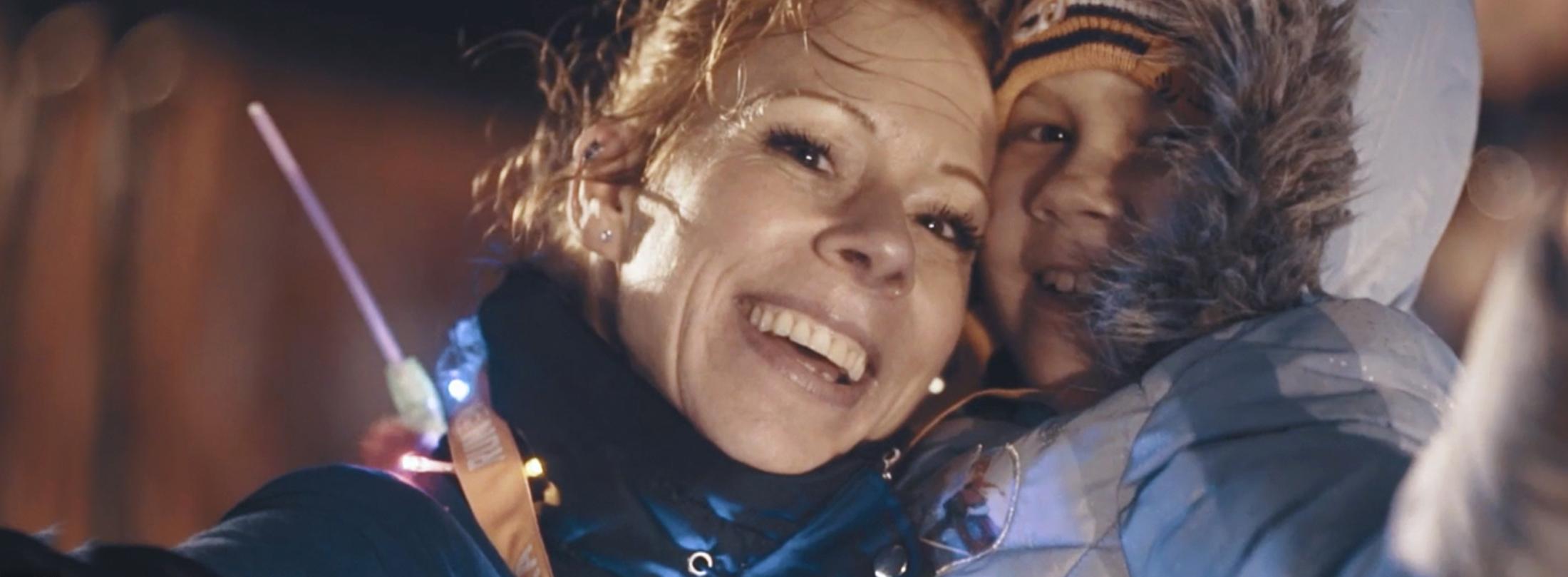 Moeder Danielle knuffelt haar dochter Julia, die ondanks haar kanker toch gaat hardlopen voor KiKa