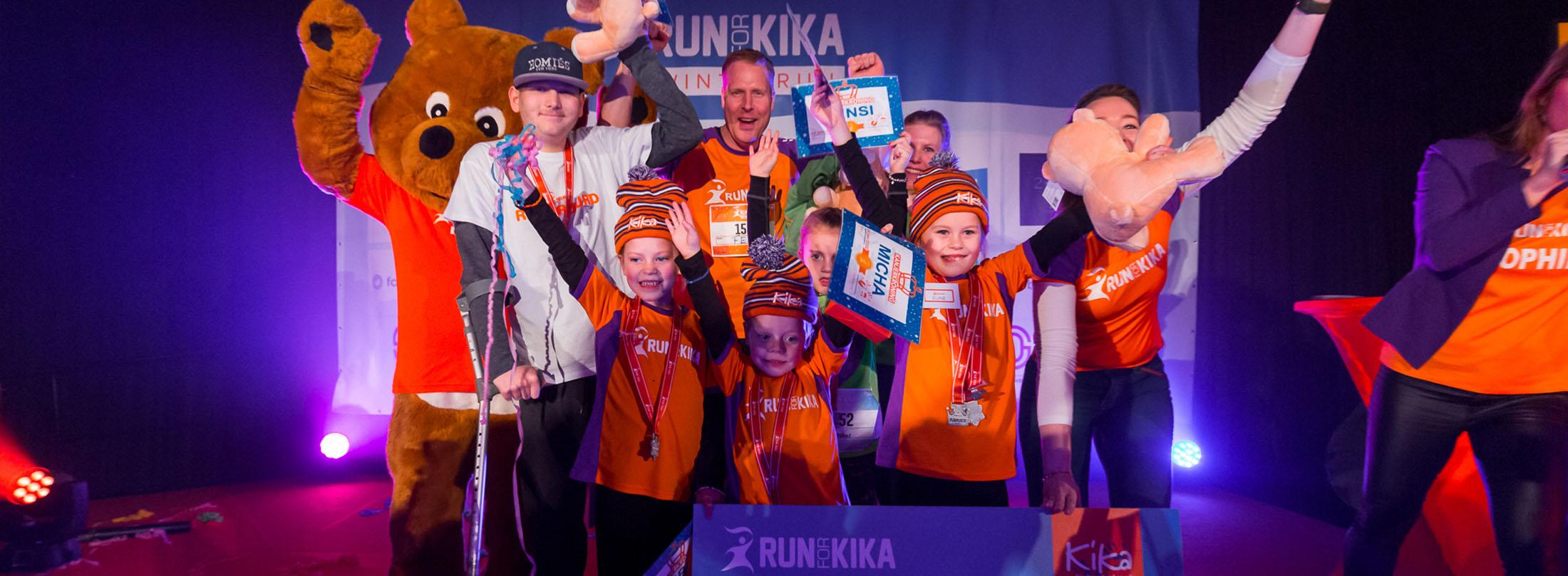 Kanjers onthullen de cheque van de Run for KiKa Winterrun 2020