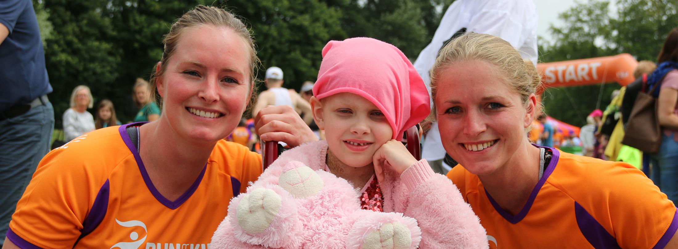 De runners van de 5 km hebben de gratis KiKa muts op en staan klaar voor de start van de Run for KiKa Winterrun in Utrecht