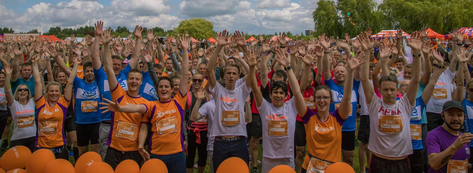 De deelnemers van de 10 en 5 kilometer run staan klaar voor de start van Run for KiKa