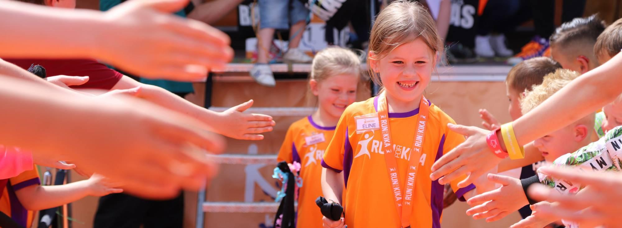 Kinderen geven high fives aan de kanjers van de kanjerkroning